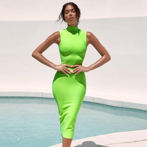 Femme en robe fluorescente tendance fashion